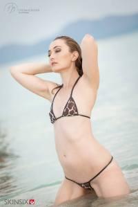 SKINSIX Sandra im String-Bikini giraffe